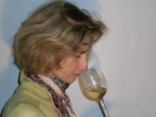amatrice pratiquant la dégustation du vin